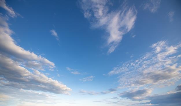 Небесный фон с облаками и голубым небом