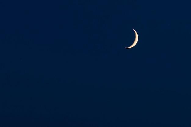 三日月またはハーフムーンと上空の背景