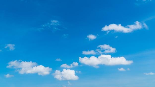 일광에 파란색과 흰색 구름이 아름다운 하늘