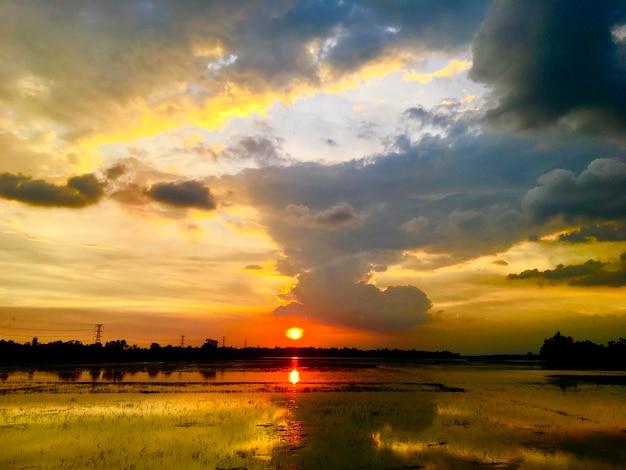 夕日の自然写真と空の美しさ