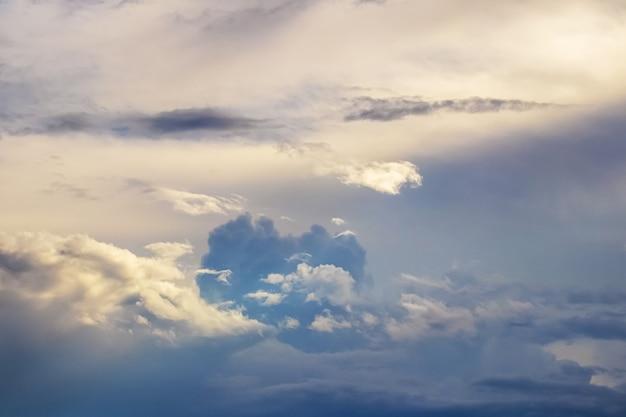夕暮れ時のさまざまな雲と雷雨の前の空