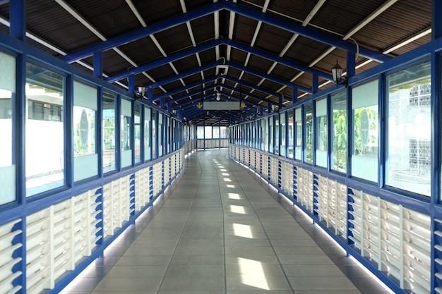インドネシア中部ジャワのソロにあるソロバラパン駅とティルトナディバスステーションの間のスカイブリッジ。
