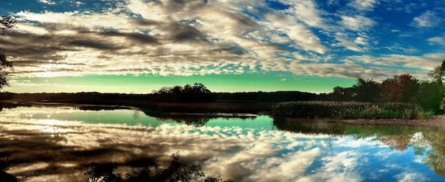 Небо облака река