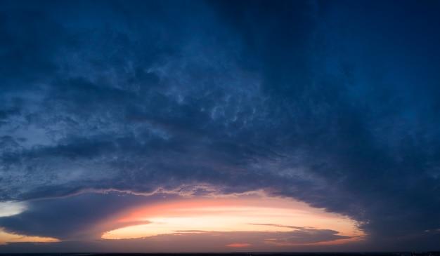 밝은 색상의 하늘, 새벽 또는 일몰.