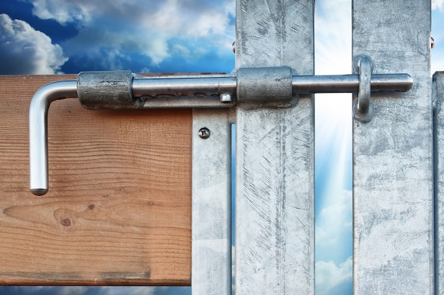 Sky-freedom closed on the lock.
