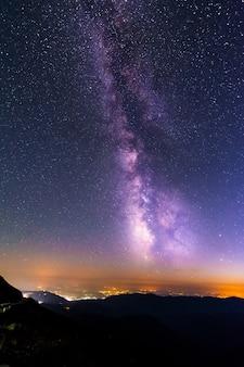 루마니아 ranca 위의 별과 은하수로 가득한 하늘.