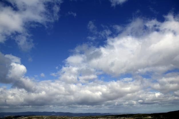 Небо в голубом с облаками днем