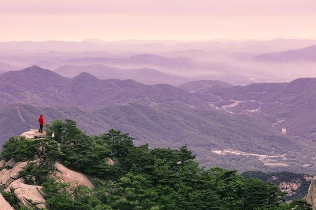 韓国ソウルの日の出のブカンサン国立公園の朝の空の山と森