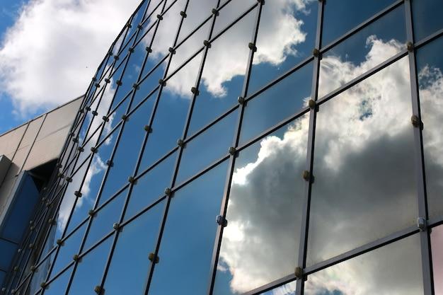 空がオフィスビルに映る