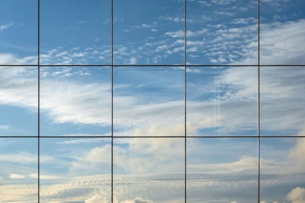 창에서 하늘이 반사.