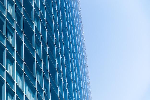 Отражение неба на стеклах здания