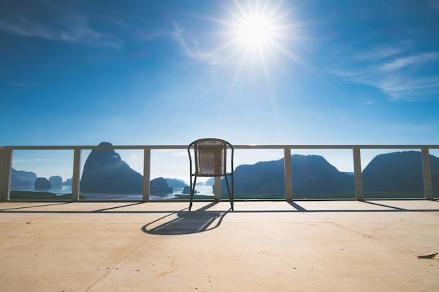 太陽と青いsky.tropical気候ビューとパノラマの海の景色でテラスの椅子
