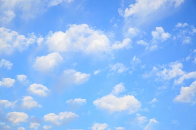 작은 구름이 많은 하늘을 배경으로 사용할 수 있습니다.