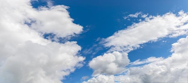 Небо с красивыми кучевыми облаками (панорамное фото)