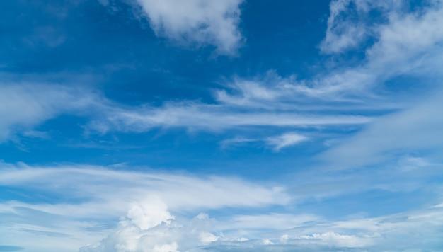 일광에 파란색과 흰색 구름과 하늘입니다.