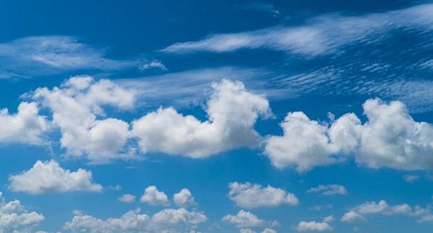 일광에 파란색과 흰색 구름과 하늘