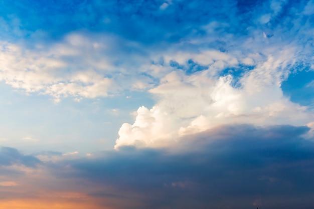 Небо с синими и белыми облаками