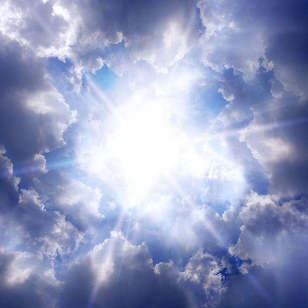 구름과 태양이 있는 하늘