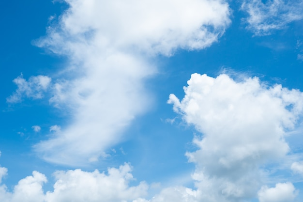 배경으로 구름과 하늘