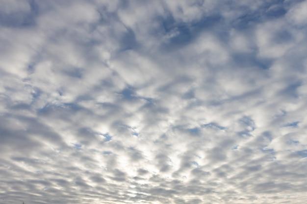 태양의 광선으로 일몰에 구름과 하늘. 고품질 사진