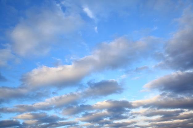 저녁에 구름과 하늘