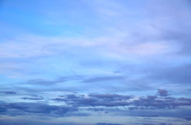 황혼에 구름과 하늘