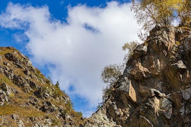 山の上の雲と空。