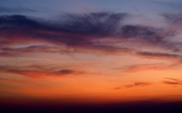 雲と空の夕日の抽象的な背景