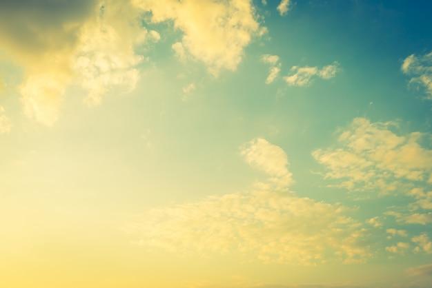 Cielo con nuvole e riflessi gialli