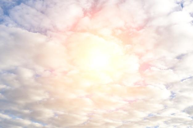 Небо с кучевыми облаками и ярким солнцем. лучи света