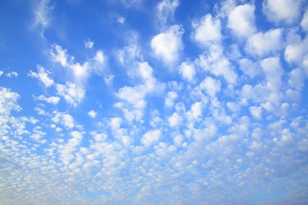 많은 작은 구름과 하늘 - 자연 배경