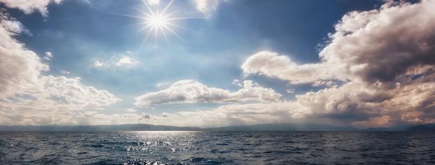 どんよりした雲と輝く太陽のある空オフリド湖北マケドニアの雲景と空景