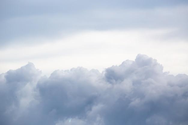 Небо с грозовыми облаками. фон cloudscape. копировать пространство