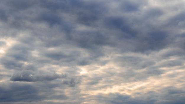 Небо с густыми облаками на закате. пасмурное дождливое небо