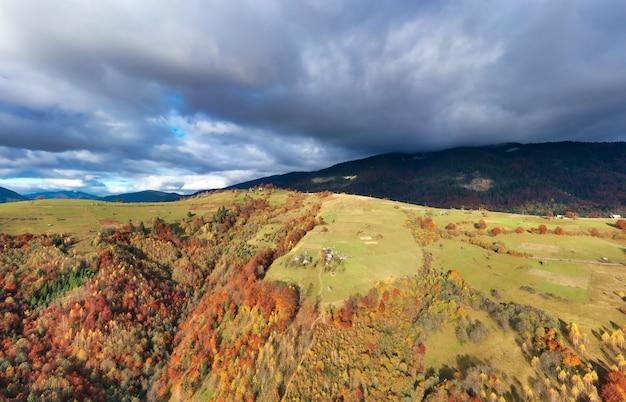 녹색 가을 언덕 위에 흰색과 푹신한 구름 층이있는 하늘
