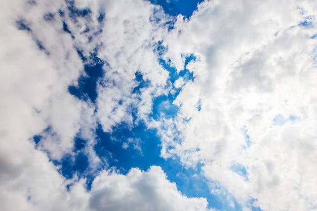 Небо с белыми облаками