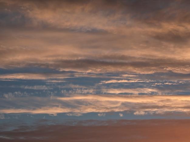 明るい夕方sky空の雲雲。夕暮れ時のカラフルな曇り空。空のテクスチャ、抽象的な性質の背景