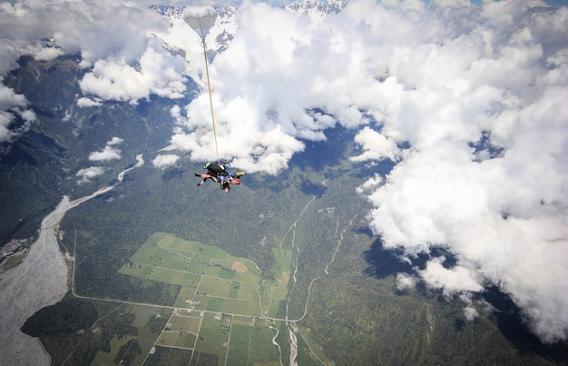 비행기에서 뛰어내린 후 몇 초만에 스카이다이빙을 하는 프란츠 요제프 뉴질랜드