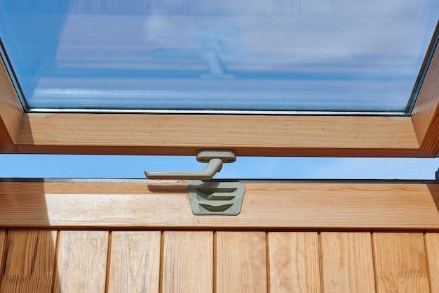 Мансардный люк, вид изнутри, облицовка деревом. эко дом, окно