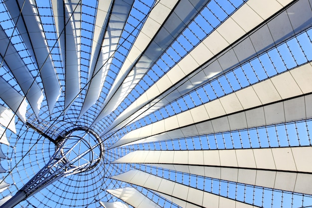 Мансардное окно - абстрактный архитектурный фон