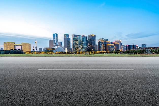 タール道路舗装道路のスカイラインと建築景観