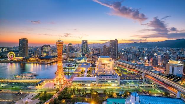 夕暮れの日本のスカイラインと神戸港