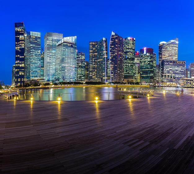 Здание горизонта сингапура в сумерках