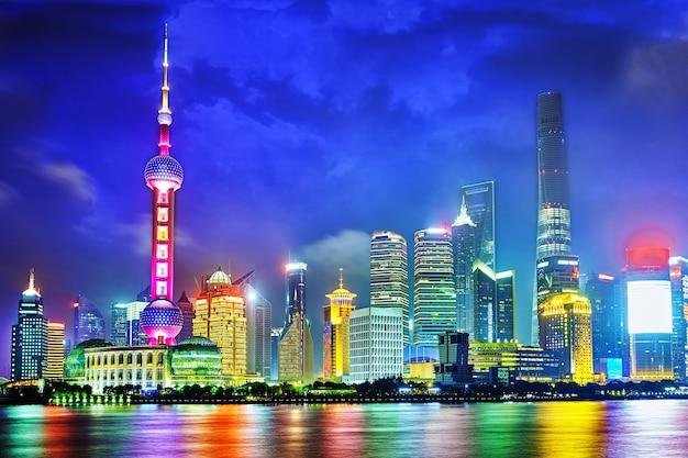 상하이 비즈니스 지구인 푸동 신지구의 와이탄 해안가에서 바라본 스카이라인 야경.
