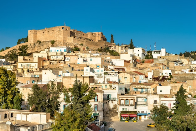 チュニジア北西部の都市のスカイライン