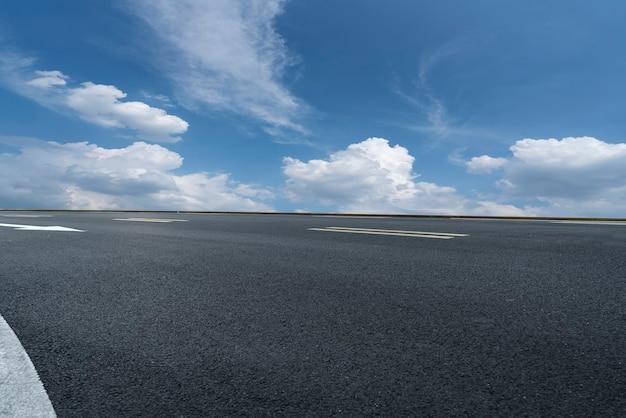 アスファルト舗装のスカイラインと青い空と白い雲