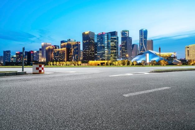 アスファルト舗装のスカイラインと現代建築景観の夜景