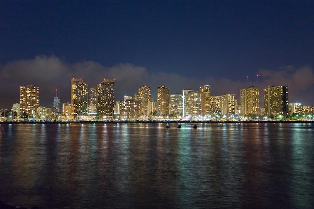 ハワイ州オアフ島ホノルルのダウンタウンのスカイライン