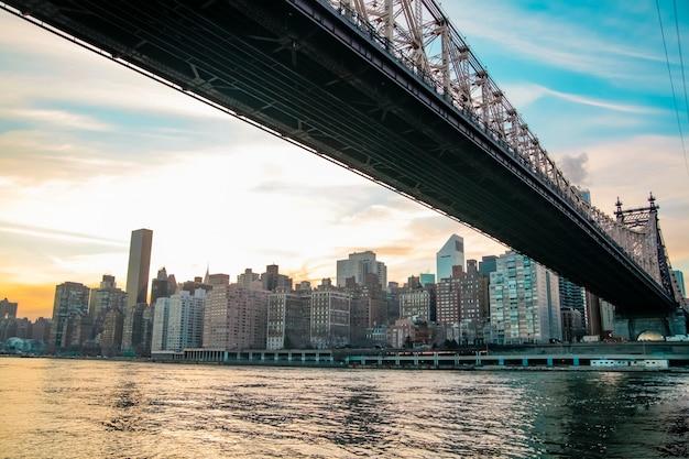 흐린 날 맨해튼 시내의 스카이라인과 뉴욕 다리