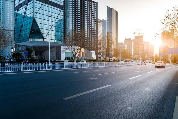 고속도로의 스카이라인과 심천의 건축 풍경